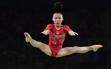 小国大民:体操女队长1年花2000 攒钱为兄买房