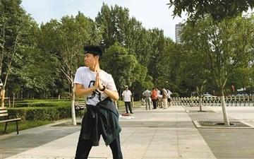 乐观面对癌症晚期 27岁小伙正骑行去西藏